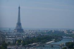 Взгляд Парижа с Рекой Сена и путешествием Eiffel стоковые изображения