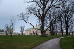 Взгляд парка Oranienbaum с большим городком Oranienbaum Lomonosov дворца Menshikov стоковые фото