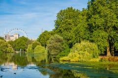 Взгляд парка ` s St James в Лондоне с глазом Лондона в backgr стоковые изображения rf