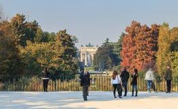 Взгляд парка Sempione куда туристы идут Стоковое Изображение RF