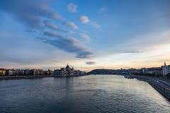 Взгляд парламента на заходе солнца в Будапеште стоковые фотографии rf