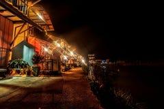 Взгляд пейзажа красивая деревня портового района в сцене ночи имеет l Стоковая Фотография