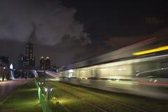 Взгляд перехода рельса света LRT в городе Kaohsiung, Тайване Когда оно проходит на ночу Стоковая Фотография RF