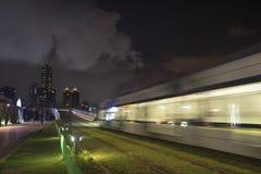 Взгляд перехода рельса света LRT в городе Kaohsiung, Тайване Когда оно проходит на ночу Стоковое фото RF