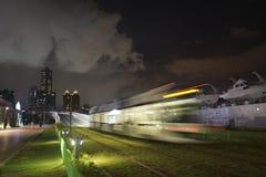 Взгляд перехода рельса света LRT в городе Kaohsiung, Тайване Когда оно проходит на ночу Стоковые Фотографии RF