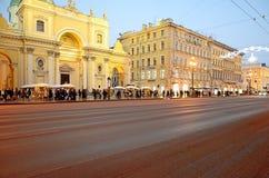 Взгляд перспективности Nevsky в освещении вечера стоковое фото rf