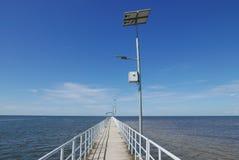 Взгляд перспективы молы с уличным светом СИД с фотоэлементом на ясном голубом небе стоковые изображения