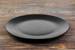 Взгляд перспективы Пустая черная штейновая плита на деревянной предпосылке стоковая фотография