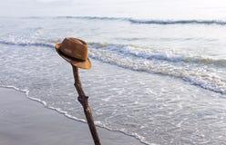 Взгляд песчаного пляжа с коричневой шляпой на пляже около s стоковые фотографии rf