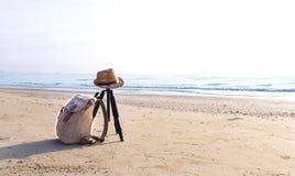 Взгляд песчаного пляжа с коричневыми шляпой и рюкзаком на bea стоковые изображения rf