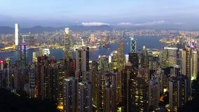 Взгляд пика Гонконга - Виктории на голубом часе стоковое фото