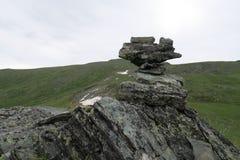 Взгляд пирамиды из камней утесов горы сценарный r стоковое изображение