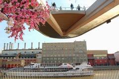 Взгляд плавучего моста с туристами и рекой Москвы Стоковые Фото