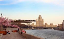Взгляд плавучего моста с туристами Стоковое фото RF