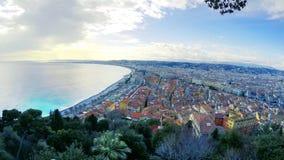 взгляд пляжа в городе славного в солнечном летнем дне Лазурь ` Коута d, Франция видеоматериал