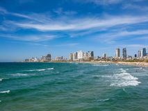 Взгляд пляжа города в Тель-Авив в Израиле стоковые фотографии rf