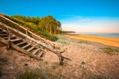 Взгляд пляжа и блефов моря Стоковые Изображения