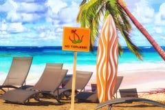 Взгляд пляжа на предпосылке моря, неба и пальм Стоковые Изображения