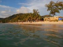 взгляд пляжа от морской воды Стоковые Фотографии RF