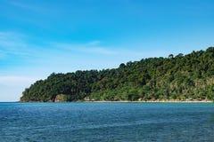 Взгляд пляжа с белым песком, Koh Chang, Таиланд Стоковые Фотографии RF