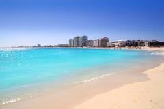 Взгляд пляжа Cancun от бирюзы Caribbean Стоковые Фотографии RF
