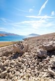 Взгляд пляжа Rucica на острове Pag в Хорватии стоковые изображения