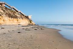 Взгляд пляжа Solana с шагами доступа пляжа и станцией личной охраны Стоковые Фотографии RF