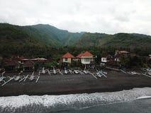 Взгляд побережья и гор в Amed в восточной части Бали Amed первоначальный рыбацкий поселок стоковые изображения