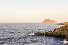 Взгляд побережья океана в El Medano Тенерифе южном, Тенерифе, Канарских островах стоковое изображение