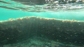 Взгляд подводной лодки в побережье Сардинии с старыми руинами в замедленном движении сток-видео