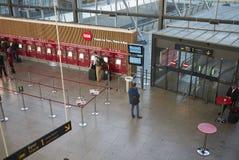 Взгляд подполья и счетчика билетов на поезд стоковые фотографии rf