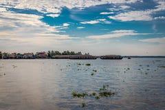 Взгляд подпора с плавучими домами и голубым небом стоковое фото rf