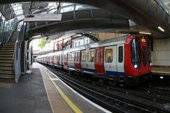 Взгляд поезда Лондона подземного приезжая на станцию - изображение стоковое фото