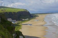 Взгляд покатого пляжа от верхней части скалы на виске Mussenden в покатом Demesne в графстве Лондондерри в Северной Ирландии Стоковые Фотографии RF