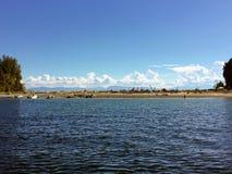 Взгляд пока ставить на якорь обширного, песчаные пляжи Buccaneer стоковые изображения rf