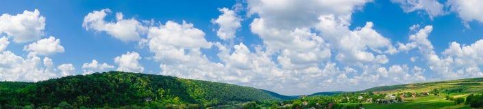 Взгляд поля ландшафта панорамы красивый стоковое фото rf