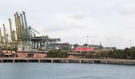 Взгляд порта Сингапура на заливе от острова Sentosa стоковая фотография
