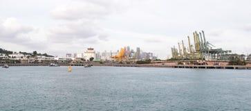 Взгляд порта Сингапура на заливе от острова Sentosa стоковое изображение