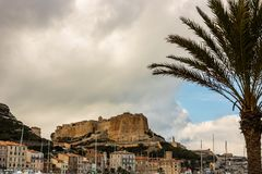 Взгляд порта Bonifacio и старого городка, острова Корсики, Франции стоковые фотографии rf