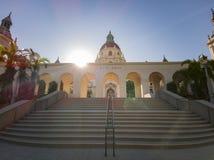 Взгляд после полудня красивой городской ратуши Пасадина на Лос-Анджелесе, Калифорния стоковое изображение