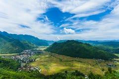 Взгляд посёлка Mai Chau с неочищенными рисами field в северном Вьетнаме Стоковая Фотография