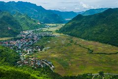 Взгляд посёлка Mai Chau с неочищенными рисами field в северном Вьетнаме Стоковые Изображения