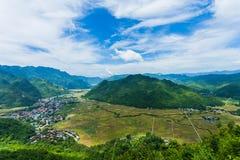 Взгляд посёлка Mai Chau с неочищенными рисами field в северном Вьетнаме Стоковые Фотографии RF