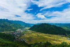 Взгляд посёлка Mai Chau с неочищенными рисами field в северном Вьетнаме Стоковое Изображение