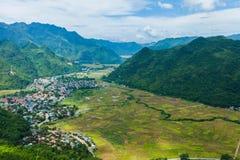 Взгляд посёлка Mai Chau с неочищенными рисами field в северном Вьетнаме стоковые изображения rf