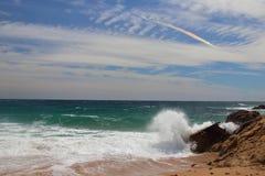 Взгляд правильной позиции пляжа человеческого замка с радугой заволакивает на предпосылку, одно из самых изумительных виргинских  Стоковая Фотография