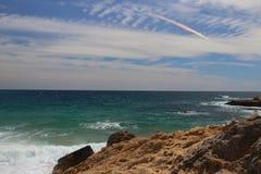 Взгляд правильной позиции пляжа человеческого замка с радугой заволакивает на предпосылку, одно из самых изумительных виргинских  Стоковая Фотография RF
