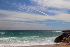 Взгляд правильной позиции пляжа человеческого замка с радугой заволакивает на предпосылку, одно из самых изумительных виргинских  Стоковые Фото