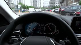 Взгляд приборной панели автомобиля пока управляющ в городе сток-видео