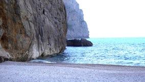 Взгляд прибрежных скал с голубым морем r Идеальная зона лета с голубыми морем и скалами Seascape с поднимать скал стоковые фото
